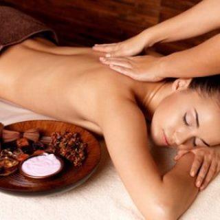 Lomi Lomi - Massage des Rückens einer Frau