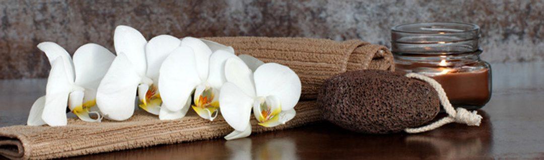 Orchidee mit Bimsstein und Kerze