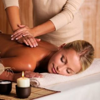 Professionelle Massage des Rückens einer Frau