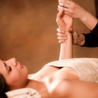 Professionele Massage eines Armes einer Frau