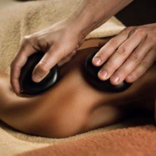 Massage durch heisse Steine (Hot Stones)