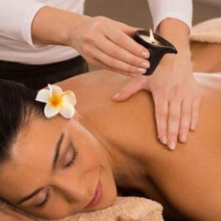 Massage unter verwendung von Kerzenöl des Nackens einer Frau