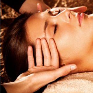 Professionelle Massage der Schläfen einer Frau